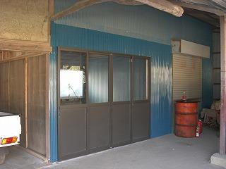 サッシを入れ外部をふさぎ、作業場完成。車庫と作業場仕切りは、元の雨戸を再利用。