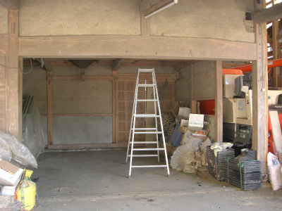 ほこりのかぶった、古い倉庫でした。
