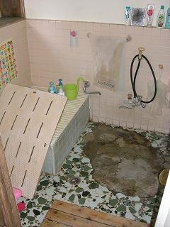 古いタイル張りのお風呂です。