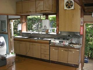 使い込んだ昔のキッチンです。