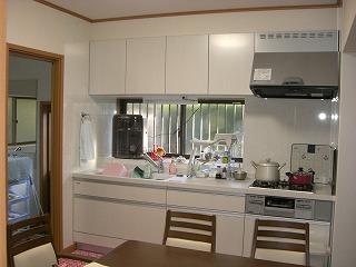 綺麗でお掃除がしやすいキッチンに生まれ変わ りました。食器棚・換気扇・吊戸棚・キッチン パネル等含む費用 約130万円でした。