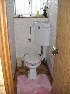 昔のトイレでタンクが壁についている タイプです。