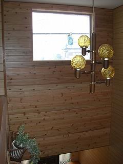 断熱工事をし杉の板をはり窓枠を交換しました。 費用は、約15万円でした。