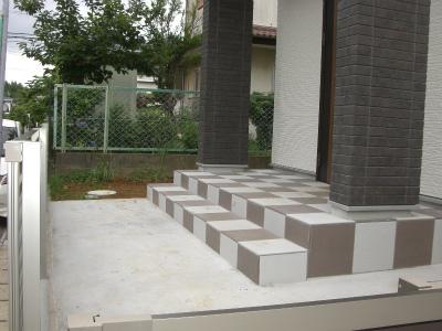 30cm角のタイルはヤマトハウスの標準で色を変え市松模様にしました。
