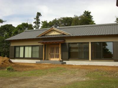 外観は、和風数寄屋建築で最新の材料を使用しつつも伝統的なデザインを表現しました。