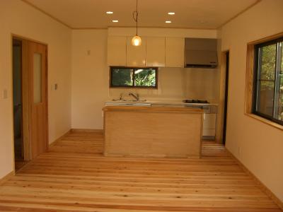 床は杉のフローリング、壁はしっくい仕上、オーダーで造った杉の突板建具であたたかみのある落ち着くお家になりました。