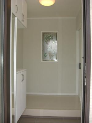玄関正面にステンドグラスを組込みました。