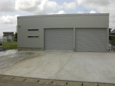 ビルトイン車庫で車2台+遊びのスペースを確保しました。