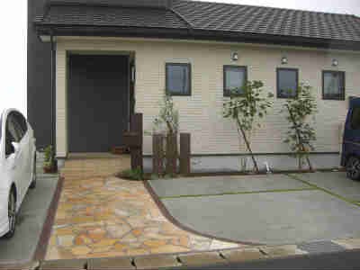玄関前アプローチ、外構もおしゃれでサーフハウスの雰囲気がでております。